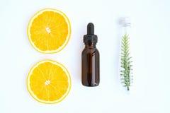 Odgórny widok, butelka naturalny olej i pomarańcze, Pusty etykietka pakunek dla mockup na białym tle obraz stock