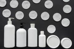 odgórny widok butelki kremowi i kosmetyczni bawełniani ochraniacze obraz royalty free