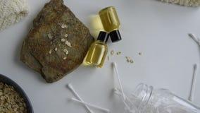 Odgórny widok butelki z owsa istotnym olejem zbiory wideo