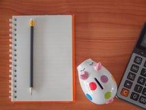 Odgórny widok, cele spisuje z notatnikiem, prosiątko bank, kalkulator Obrazy Royalty Free