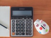 Odgórny widok, cele spisuje z notatnikiem, prosiątko bank, kalkulator Zdjęcia Royalty Free