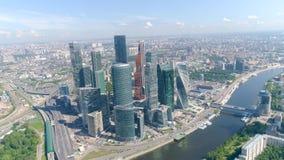 Odgórny widok centrum biznesu z drapacz chmur na tle panorama miasto akcja Pejzaż miejski z breathtaking zbiory wideo