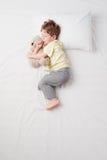 Odgórny widok chłopiec dosypianie w płód pozie Obrazy Stock
