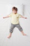 Odgórny widok chłopiec dosypianie w Gwiazdowej pozie Obrazy Royalty Free