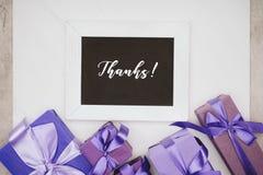 odgórny widok chalkboard z dzięki pisze list i różnorodnymi prezentów pudełkami Zdjęcia Royalty Free