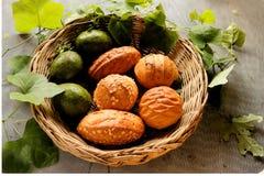 Odgórny widok chleb i avocado w koszu dekorujemy gurda liściem obraz royalty free