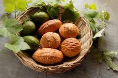 Odgórny widok chleb i avocado w koszu dekorujemy gurda liściem Fotografia Royalty Free