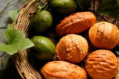 Odgórny widok chleb i avocado w koszu dekorujemy gurda liściem Obrazy Stock