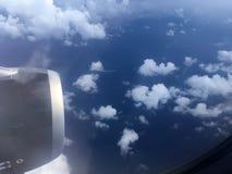 Odgórny widok chmury i niebo od samolotowego okno Zdjęcia Royalty Free