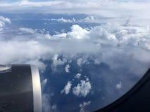 Odgórny widok chmury i niebo od samolotowego okno Zdjęcie Stock