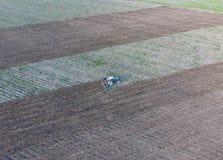 Odgórny widok ciągnik który orze pole disking ziemię Glebowa kultywacja po żniwa Zdjęcie Royalty Free