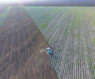 Odgórny widok ciągnik który orze pole disking ziemię Glebowa kultywacja po żniwa Fotografia Royalty Free