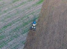 Odgórny widok ciągnik który orze pole disking ziemię Glebowa kultywacja po żniwa Zdjęcia Royalty Free