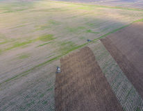 Odgórny widok ciągnik który orze pole disking ziemię Glebowa kultywacja po żniwa Obrazy Royalty Free