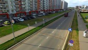 Odgórny widok ciężarowy jeżdżenie na miasto ulicie scena Ampuły ciężarówka jedzie na asfaltowej drodze wśród budynków mieszkalnyc zbiory wideo