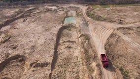 Odgórny widok ciężarowy jeżdżenie na wiejskiej drodze scena Usyp ciężarówka jedzie na suchej żółtej łup drodze w lecie Maszyny ci zdjęcie wideo