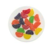 Odgórny widok cukierek owoc doprawiał plasterki na talerzu Obrazy Stock