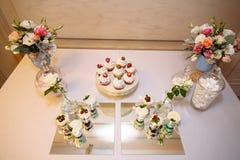 Odgórny widok cukierku bar, stół z cukierkami i desery na stole, Bufet z wyśmienicie babeczkami, tortów wystrzały zdjęcia royalty free
