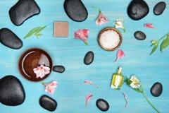Odgórny widok czarni zdrojów kamienie, olej, morze sól i orchidee, Fotografia Stock