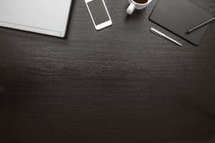 Odgórny widok czarny i biały biurowy biurko, biznesowy tło Obrazy Stock