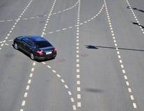 Odgórny widok czarny samochód obraca dalej autostradę Zdjęcia Stock