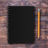 Odgórny widok czerń Zamykający spirala papieru pokrywy notatnik z kolorem żółtym fotografia royalty free