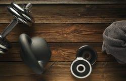 Odgórny widok czerni żelaza kettlebell, dumbbell i popielaty ręcznik na wo, fotografia royalty free