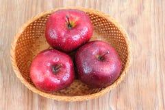 Odgórny widok czerwoni jabłka z kroplami Obrazy Stock
