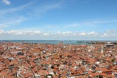 Odgórny widok czerwoni kafelkowi dachy Wenecja Włochy fotografia stock