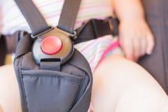 Odgórny widok czerwony guzik z przymocowywa paski spacerowicz Zdjęcia Stock