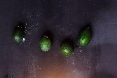 Odgórny widok cztery zielony owocowy feijoa na czarnym tle, w górę obraz stock