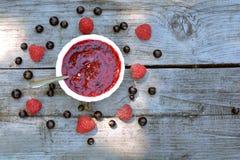 Odgórny widok dżem i rozpraszać jagody domowej roboty, mieszający, malinki i blackcurrant Obrazy Stock