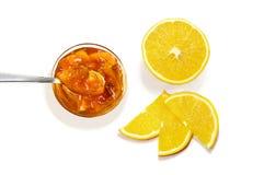 Odgórny widok dżem z łyżki i pomarańcze plasterkami Fotografia Royalty Free