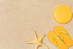 odgórny widok denna gwiazda, żółte trzepnięcie klapy i latający dysk na piasku, zdjęcia stock