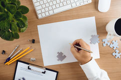 Odgórny widok desktop z biznesmen ręki mienia piórem Obraz Stock