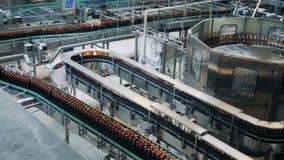 Odgórny widok destylarni jednostka odtransportowywa piwne butelki zbiory wideo