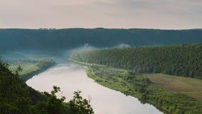 Odgórny widok Dnestr rzeka przy wschodem słońca Rzeka zakrywa z mgłą i otacza z zielonym lasem i polami zdjęcie stock