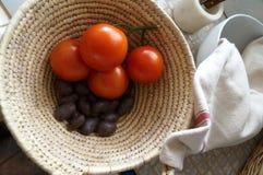 Odgórny widok dojrzali pomidory i grule w koszu zdjęcia royalty free