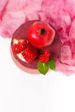 Odgórny widok domowej roboty tort dekorował z granatowów ziarnami na białym drewnianym tle Fotografia Stock