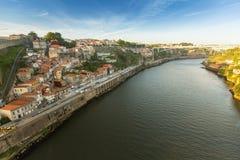 Odgórny widok Douro rzeka przy centrum Porto W 1996, UNESCO rozpoznawał Starego miasteczko Porto jako światowego dziedzictwa miej Zdjęcie Stock