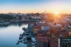 Odgórny widok Douro rzeka Ribeira dachy od Dom Luis Porto i, przerzucam most Zdjęcie Stock