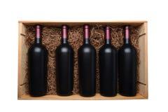 Odgórny widok drewniana skrzynka czerwone wino butelki skrzynka wypełnia z kocowanie słomą, odizolowywającą na bielu fotografia royalty free