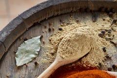 Odgórny widok drewniane łyżki pełno paprica i czarny pieprz na drewnianym lufowym tle, selekcyjna ostrość Fotografia Royalty Free