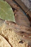 Odgórny widok drewniane łyżki pełno paprica i czarny pieprz na drewnianym lufowym tle, selekcyjna ostrość Zdjęcie Royalty Free