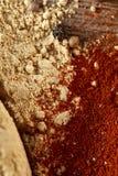Odgórny widok drewniane łyżki pełno paprica i czarny pieprz na drewnianym lufowym tle, selekcyjna ostrość Zdjęcie Stock