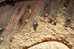 Odgórny widok drewniane łyżki pełno paprica i czarny pieprz na drewnianym lufowym tle, selekcyjna ostrość Obrazy Stock
