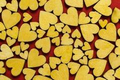Odgórny widok drewniani serca na czerwonym tło wzorze to walentynki dni zdjęcia stock