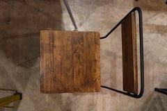 Odgórny widok drewniany krzesło w ciemnym pokoju Obrazy Royalty Free