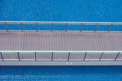 Odgórny widok drewniany przejście lub footbridge nad pływackim basenem przy kurortem Zdjęcia Royalty Free