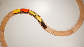 ODGÓRNY widok: Drewniany zabawka pociąg na koszowych drewnianych kolejach Obraz Stock
